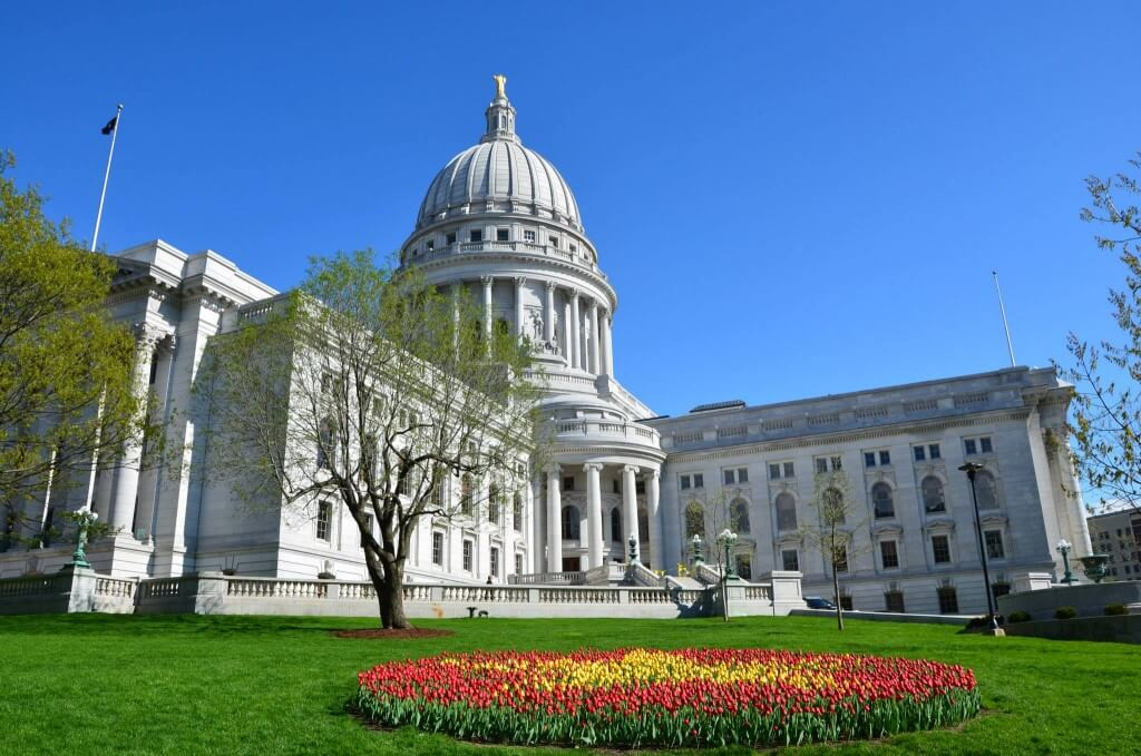 Wisconsin_State_Capitol_Building_during_Tulip_Festival