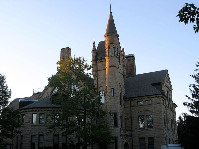 oberline college embraces non greek life students