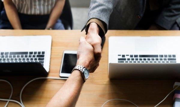 freshmen tips- two people handshaking